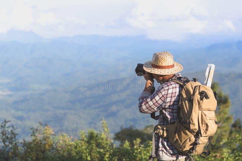Resa och fotografi Ung man med kameran och ryggsäcken ta arkivfoton