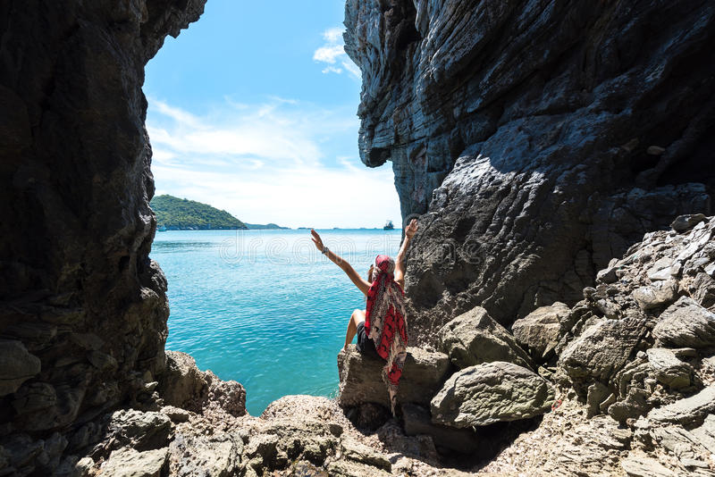 Resa ralax för kvinnor så och lyckligt i en grotta nära havet royaltyfri foto