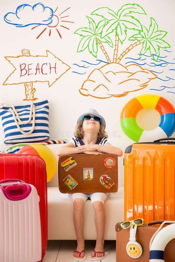 Resa resväskan med seascapeinsida arkivbild