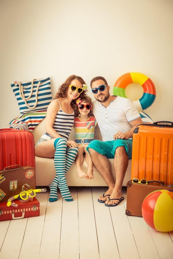 Resa resväskan med seascapeinsida royaltyfri fotografi