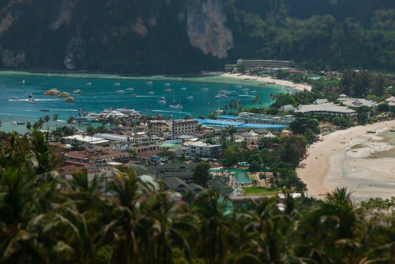 Resa semesterbakgrund - den tropiska ön med semesterorter - Phi-Phien ön, det Krabi landskapet, Thailand royaltyfri foto