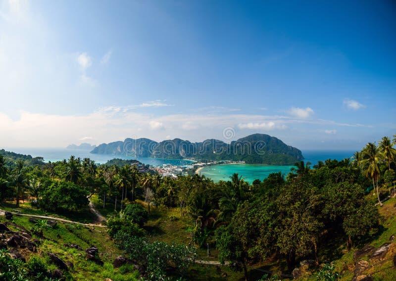 Resa semesterbakgrund - den tropiska ön med semesterorter - Phi-Phien ön, Thailand arkivbild