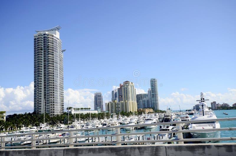 Resa till Miami Beach Enastående syn på dussintals båtar royaltyfria foton