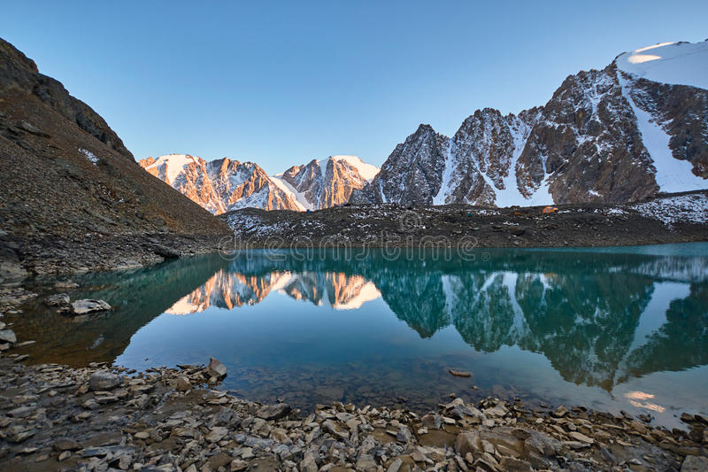 Resa till och med Altai berg till Aktru Fotvandra till snöig maxima av Altai berg Överlevnad i hårda villkor, härlig natur royaltyfria foton