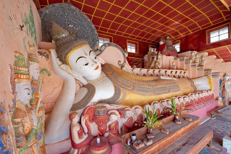 Resa till och med de buddistiska templen av Inle sjön arkivbild
