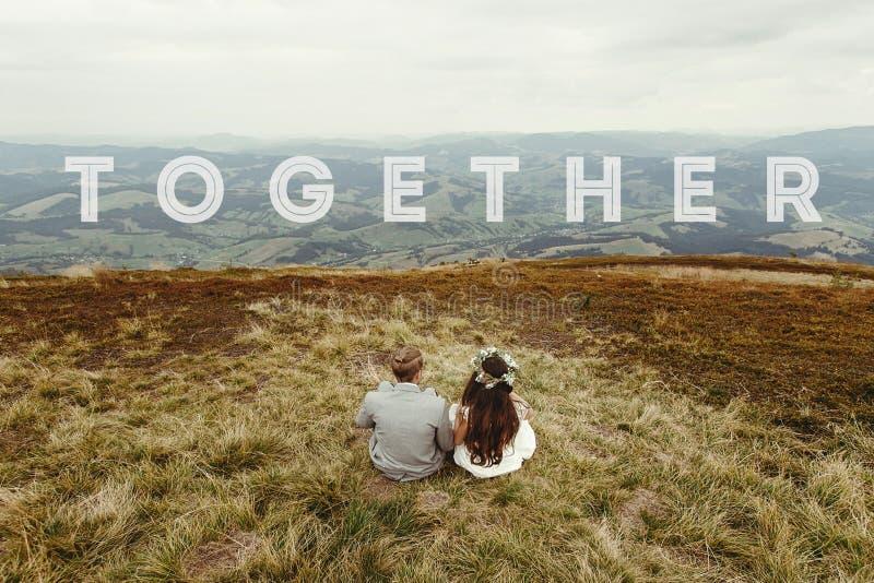 Resa tillsammans begreppet, text, den lyckliga ursnygga bruden och brudgumsi royaltyfri fotografi