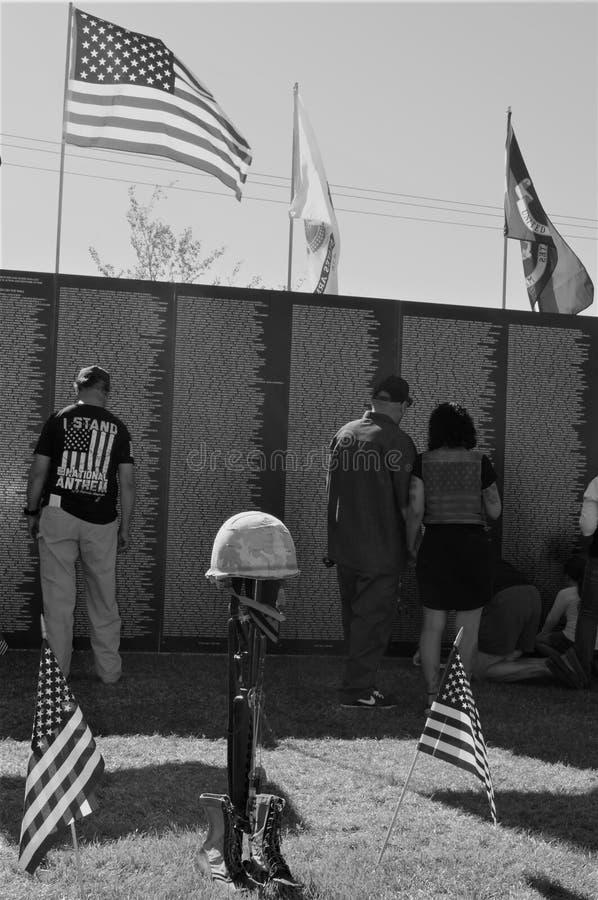 Resa Vietnam den minnes- väggen med flaggor och vapenminnesmärken royaltyfria bilder