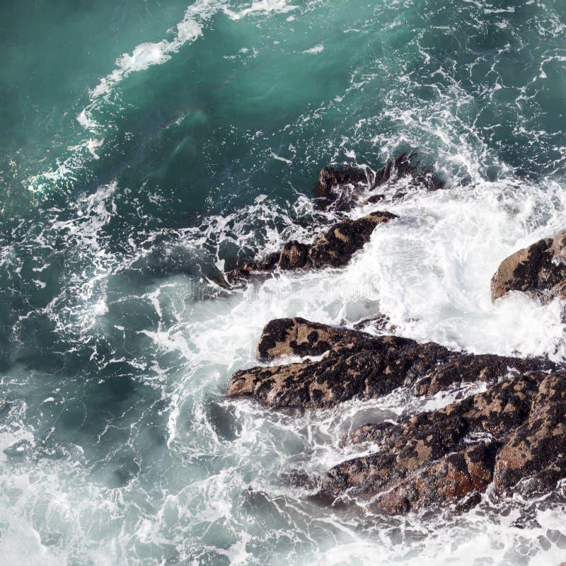 Resaca abstracta del océano en los acantilados foto de archivo libre de regalías