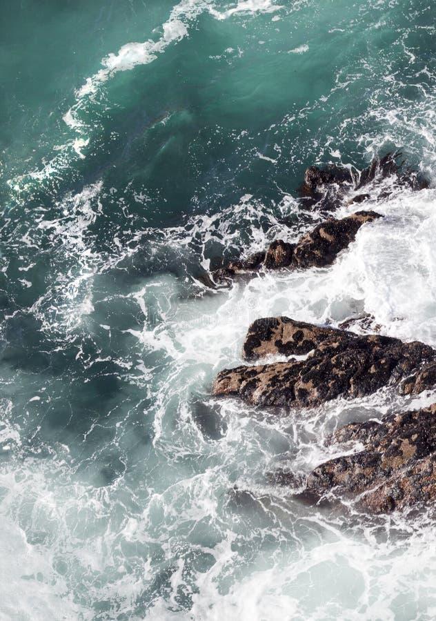 Resaca abstracta del océano en los acantilados fotografía de archivo