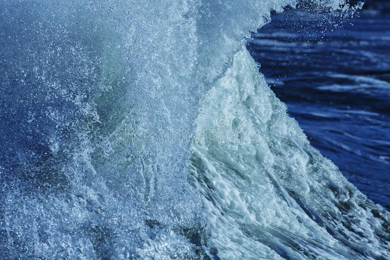 Resaca con el viento en el mar imagenes de archivo