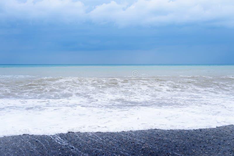 Resaca de la onda del mar El azul hermoso agita con mucho mar imagenes de archivo