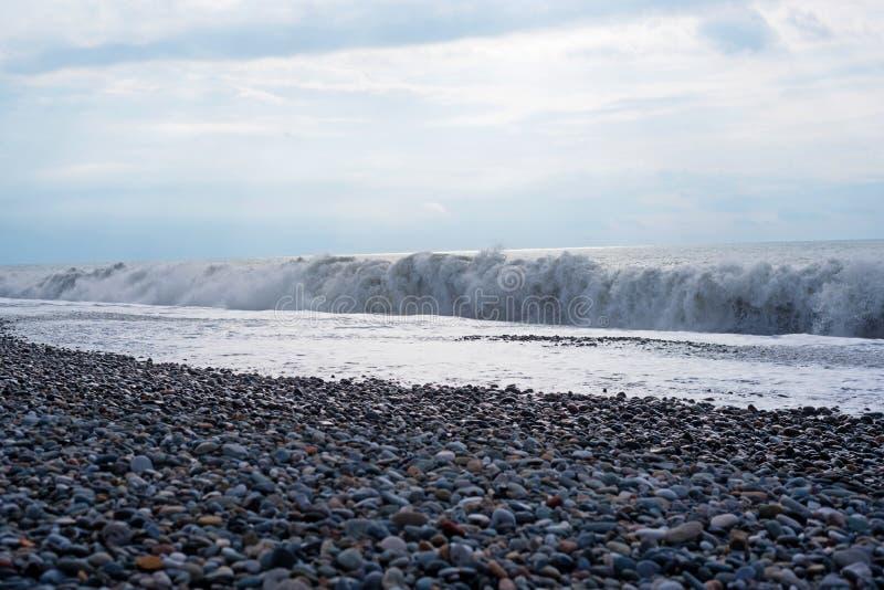Resaca de la onda del mar Resaca de la onda del mar Ondas del mar con la porción de espuma del mar El azul hermoso agita con much foto de archivo