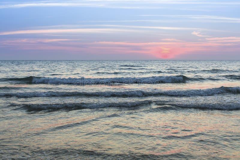 Download Resaca De La Tarde Del Mar Durante Puesta Del Sol Naturaleza Imagen de archivo - Imagen de oscuridad, costa: 64206753