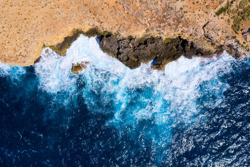 Resaca del mar Silueta del hombre de negocios Cowering Desde arriba de Fondo de la resaca del mar fotografía de archivo
