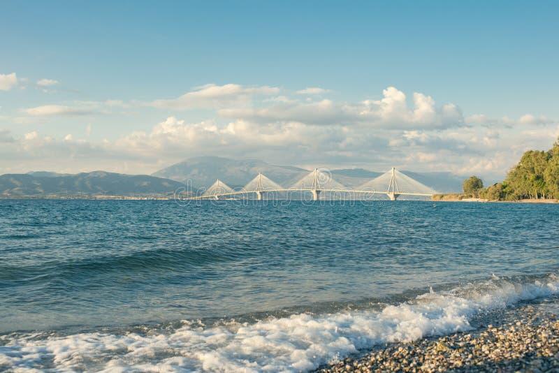 Resaca reservada con la opinión del fondo sobre el puente de Rion-Antirion cerca de Patras, Grecia fotografía de archivo