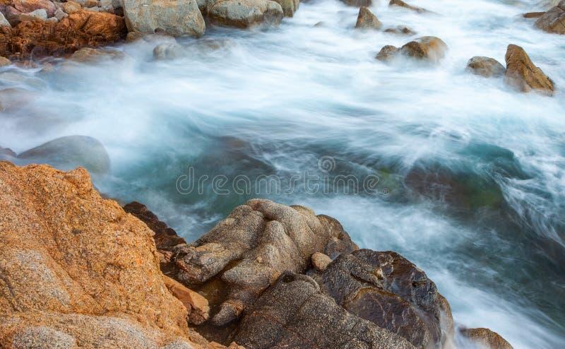 Resaca y rocas costeras Exposición larga fotos de archivo