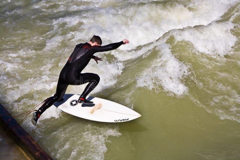 Resacas de la persona que practica surf en el Isar en enorme imagen de archivo