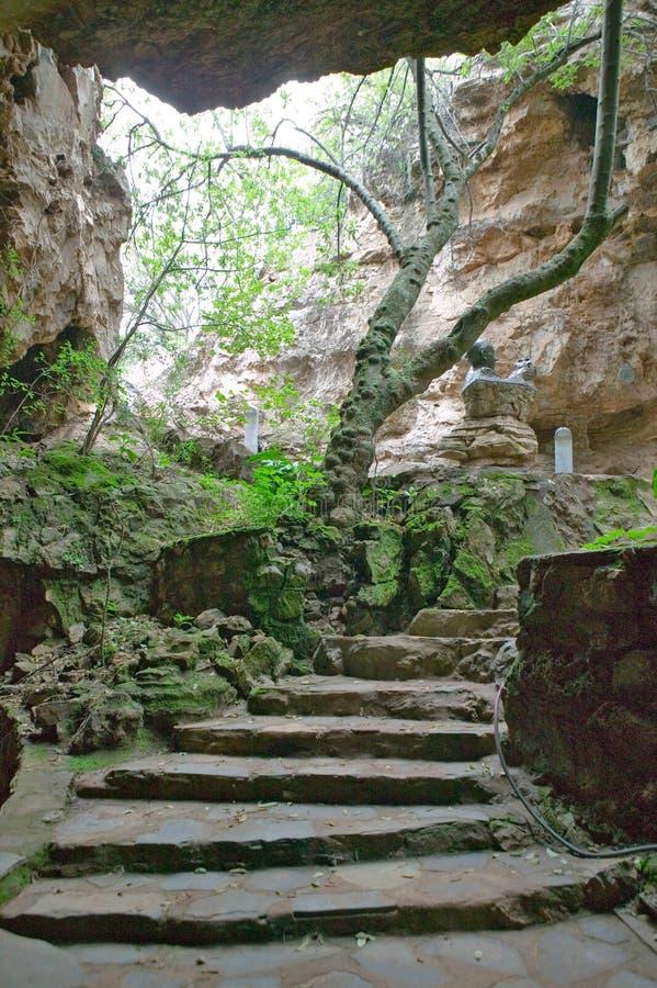 Resan av mannen symboliseras på grottor av vaggan av mänskligheten, en världsarv i Gauteng Province, Sydafrika, platsen av royaltyfri fotografi