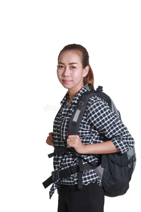 Resande asiatisk kvinna med ryggsäcken som isoleras på vit bakgrund royaltyfri fotografi