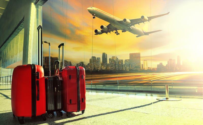 Resande bagage i slutlig byggnad för flygplats och jeten flyger royaltyfri bild