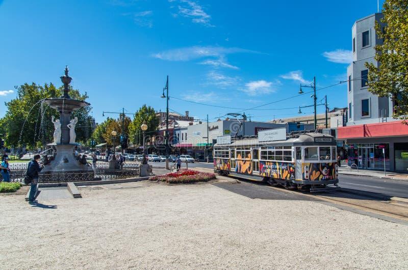 Resande för Bendigo spårvägspårvagn längs bårgalleria i Bendigo royaltyfria bilder