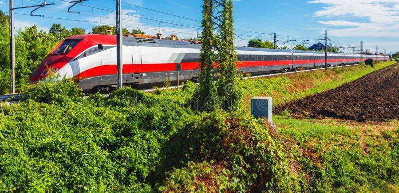 Resande för snabbt drev vid järnvägen royaltyfri fotografi