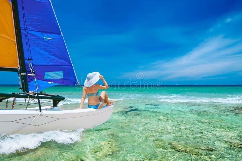 Resande för ung kvinna med fartyget bland öarna royaltyfri foto