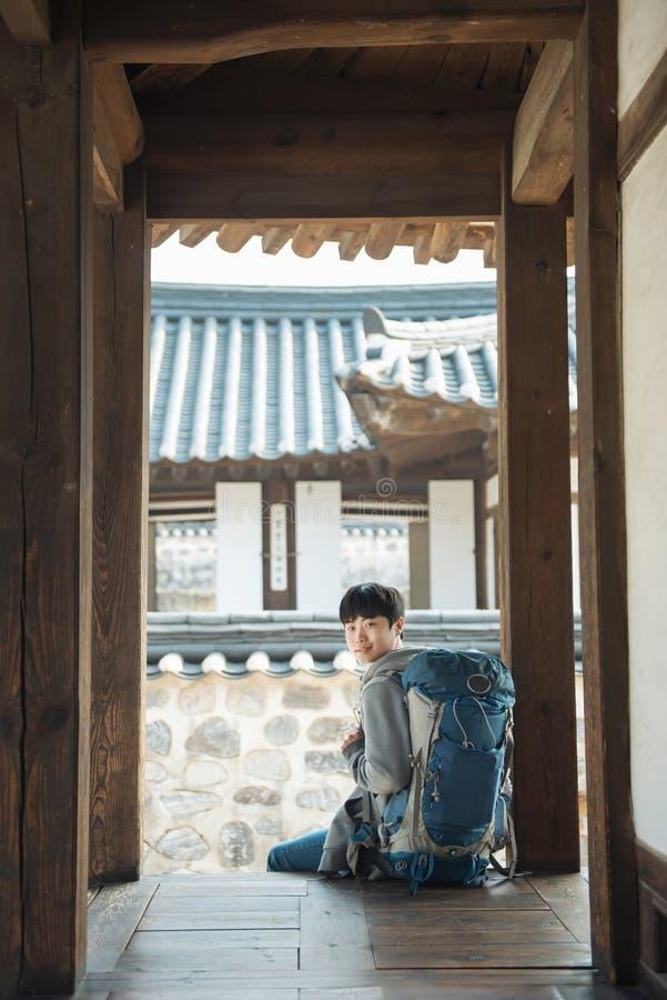Resande för ung man i Korea Koreanskt traditionellt hus arkivfoto