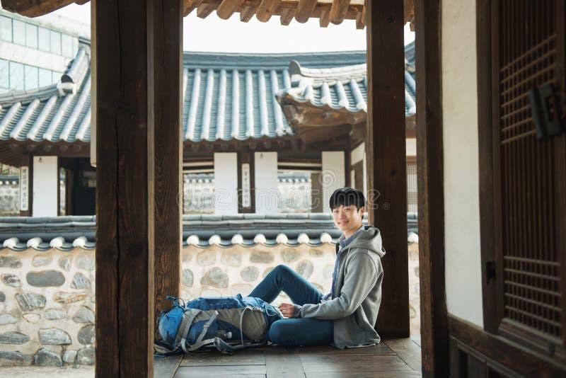 Resande för ung man i Korea Koreanskt traditionellt hus arkivbilder