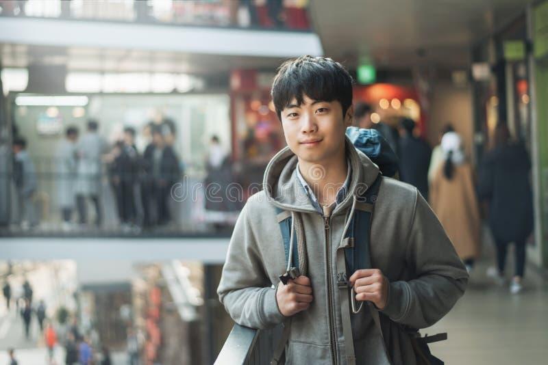 Resande för ung man i Korea, Seoul gata arkivfoto
