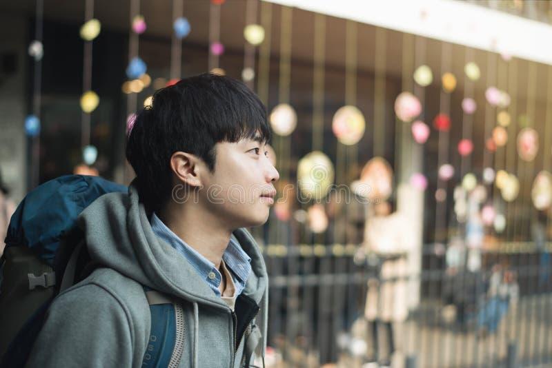 Resande för ung man i Korea, Seoul gata royaltyfria foton