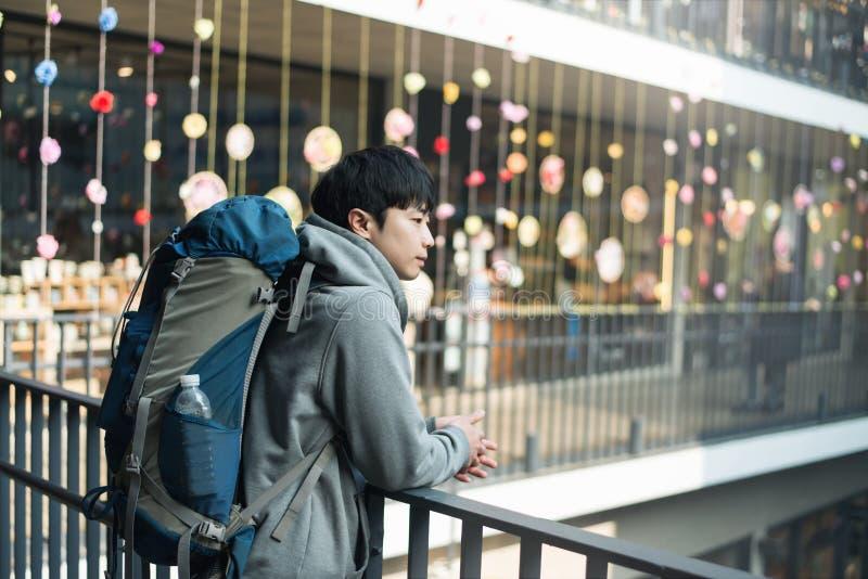 Resande för ung man i Korea, Seoul gata royaltyfria bilder