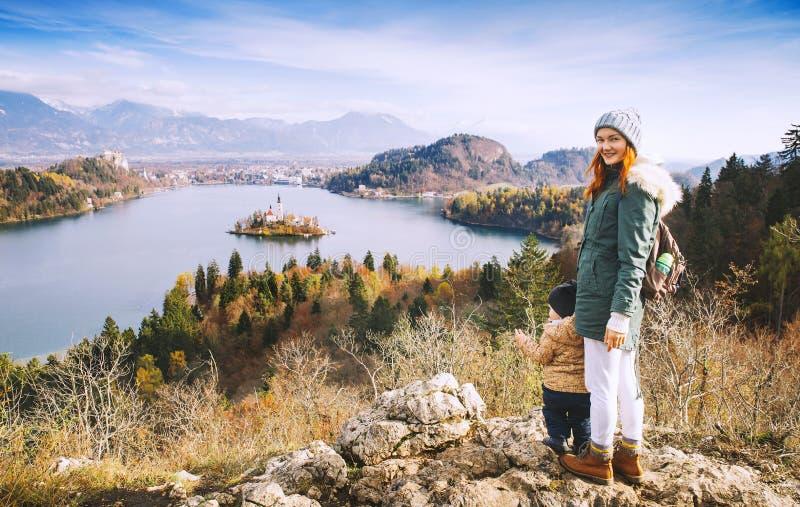 Resande familj som ser på Bled sjön, Slovenien, Europa arkivbilder