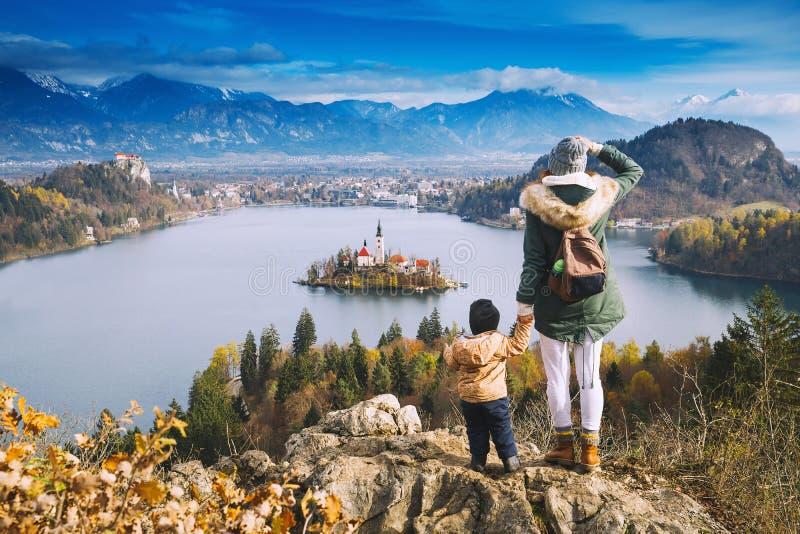 Resande familj som ser på Bled sjön, Slovenien, Europa arkivbild