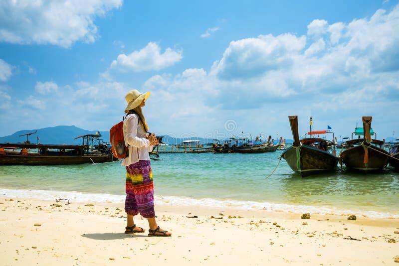Resande kvinna som vilar den tropiska Thailand stranden arkivfoto