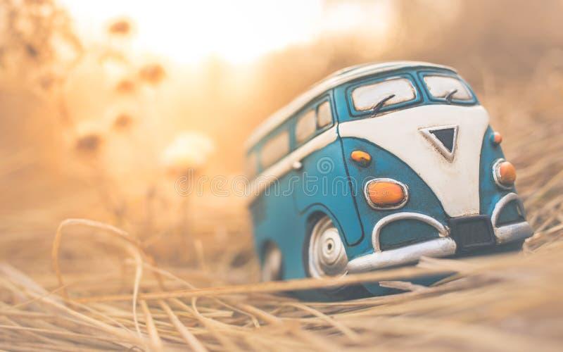 Resande miniatyrskåpbil för tappning arkivbilder