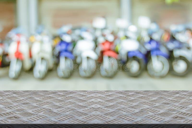 Resbalón de la placa de acero con el fondo de la motocicleta de la sala de exposición de la falta de definición imagen de archivo libre de regalías