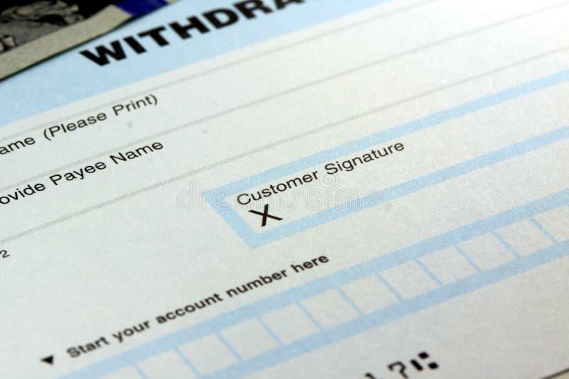 Resbalón del retiro de banco - firma del cliente imagenes de archivo