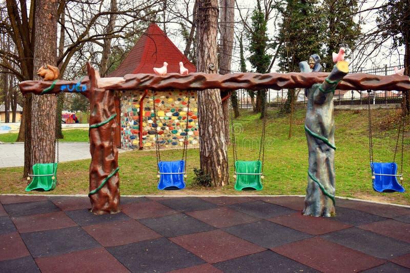 Resbaladores coloridos en el parque hermoso de Zavoi de Ramnicu Valcea en un d?a de primavera fotos de archivo