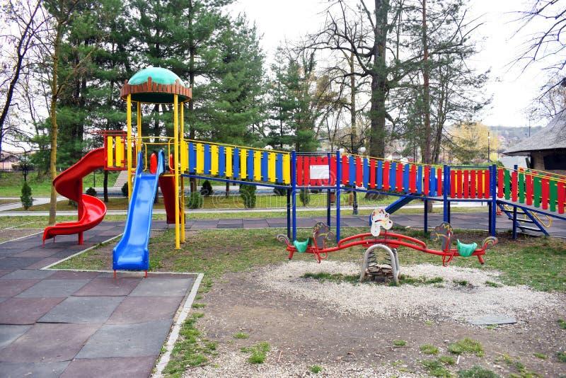 Resbaladores coloridos en el parque hermoso de Zavoi de Ramnicu Valcea en un d?a de primavera fotos de archivo libres de regalías