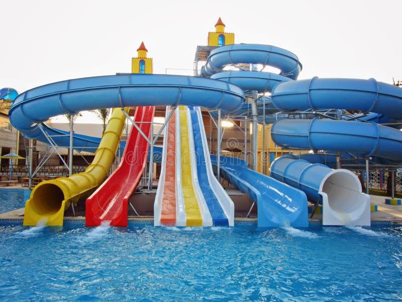 Resbaladores de Aquapark, parque del aqua, parque del agua fotografía de archivo libre de regalías