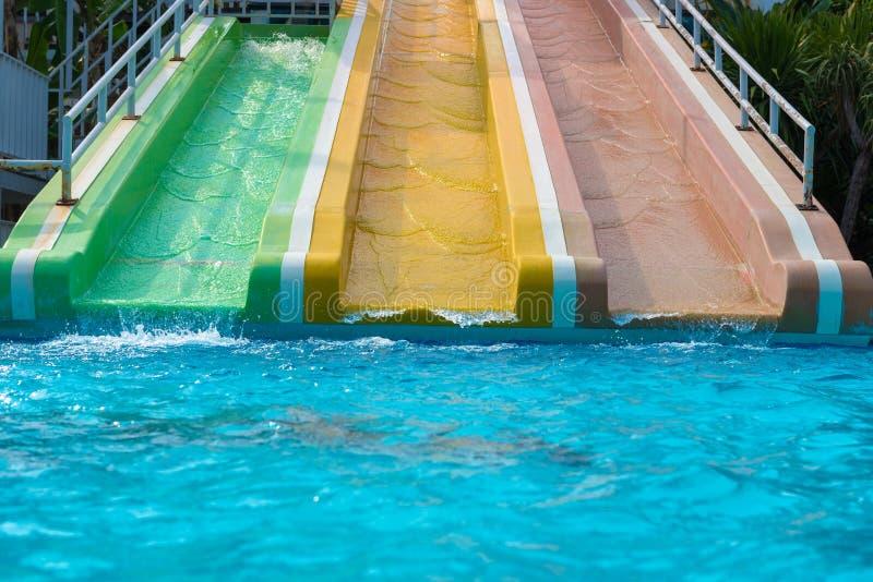 Resbale en al aire libre en nadar la piscina pública imagenes de archivo