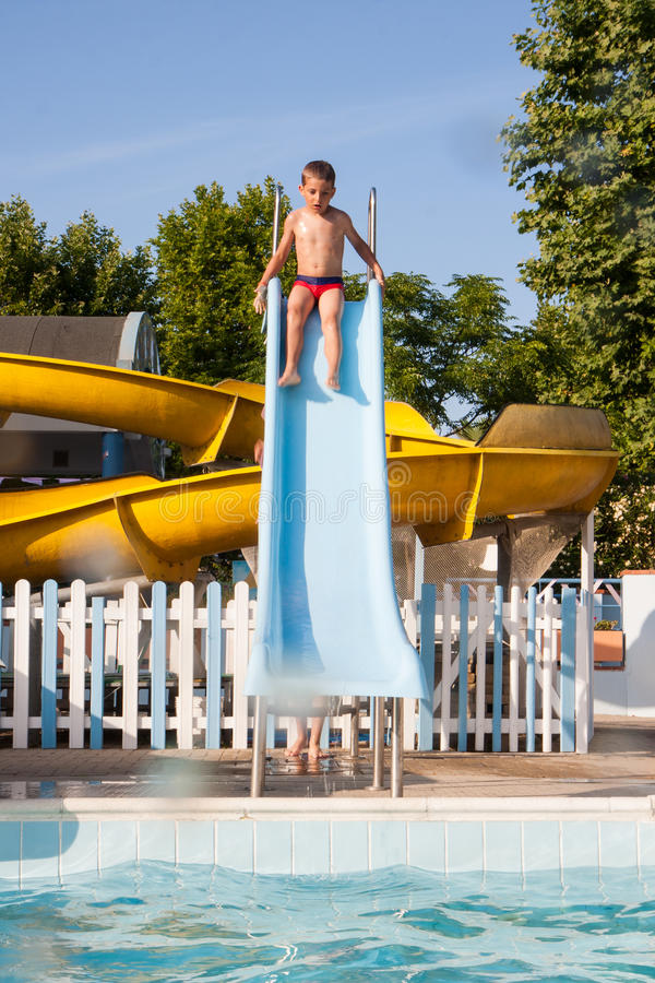 Resbale en la piscina imagenes de archivo