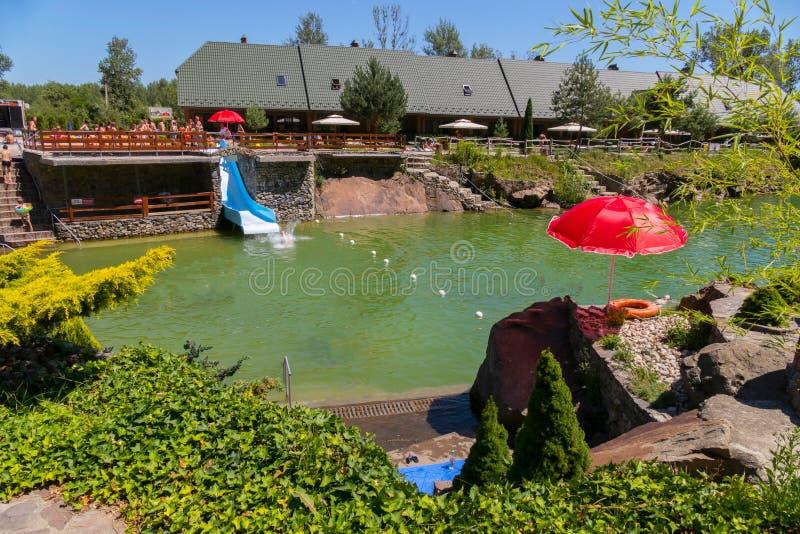 Resbale para la pendiente dentro del lago, entretenimiento en el verano para los turistas en la base foto de archivo libre de regalías