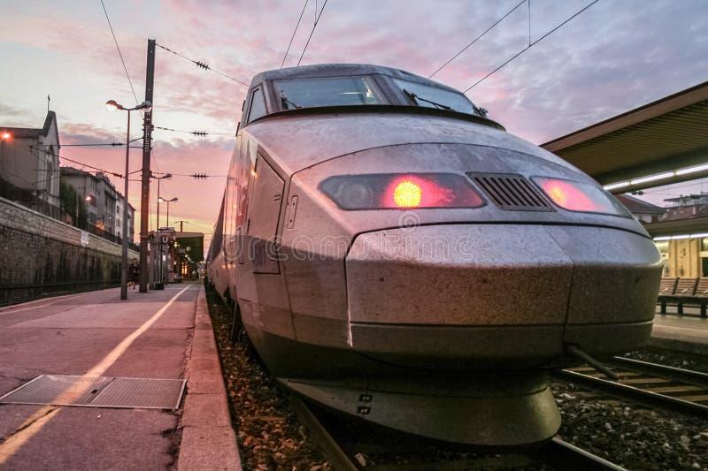 Reseau francés del TGV del tren de alta velocidad listo para la salida en la plataforma de la estación de tren de Toulon El TGV e imagen de archivo