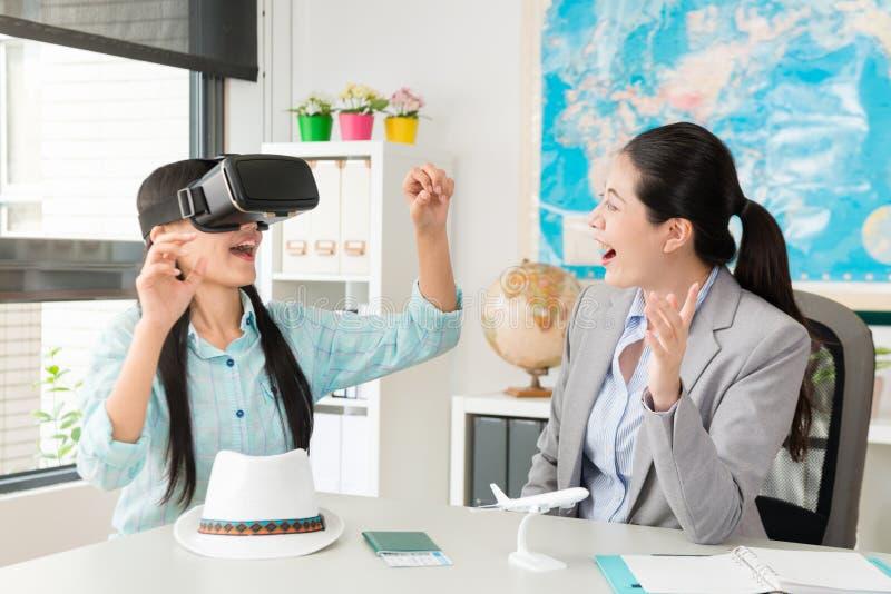 Resebyråmanchefen lät hennes kund som bär VR arkivfoton