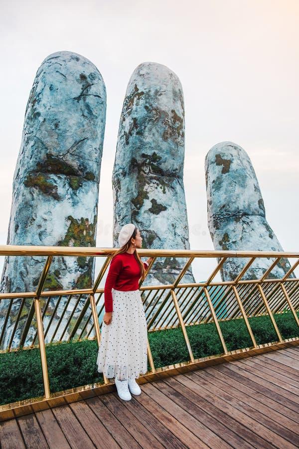 Resekvinna vid Golden Bridge i Ba Na Hills, Danang Vietnam royaltyfria bilder