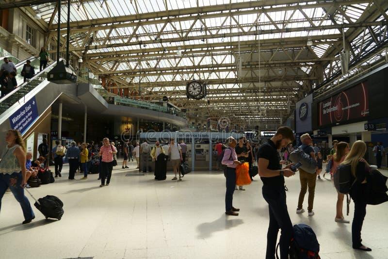 Resenärer i London Bridge Train Station royaltyfri fotografi