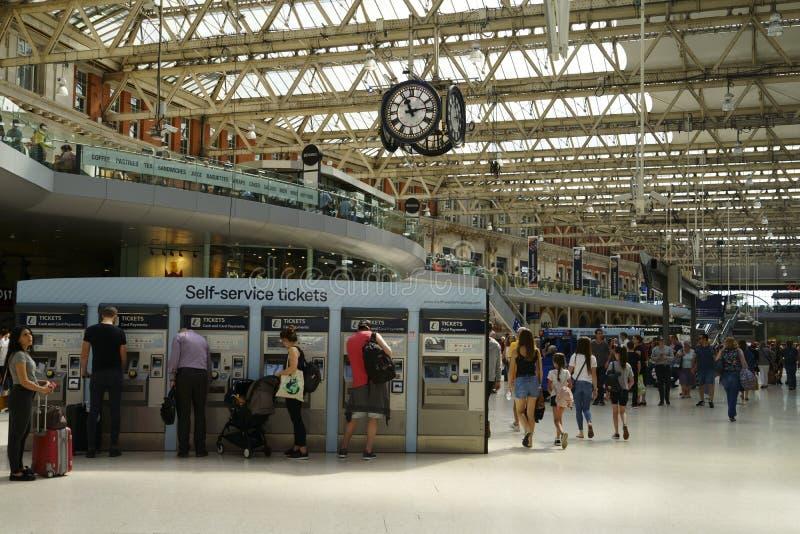 Resenärer i London Bridge Train Station fotografering för bildbyråer
