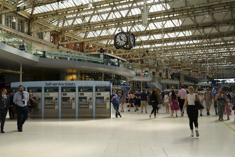 Resenärer i London Bridge Train Station arkivfoton